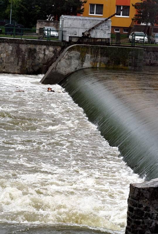 Zvýšená hladina řeky Dyje v Břeclavi lákala v pondělí lidi, kteří si ji přišli prohlédnout.