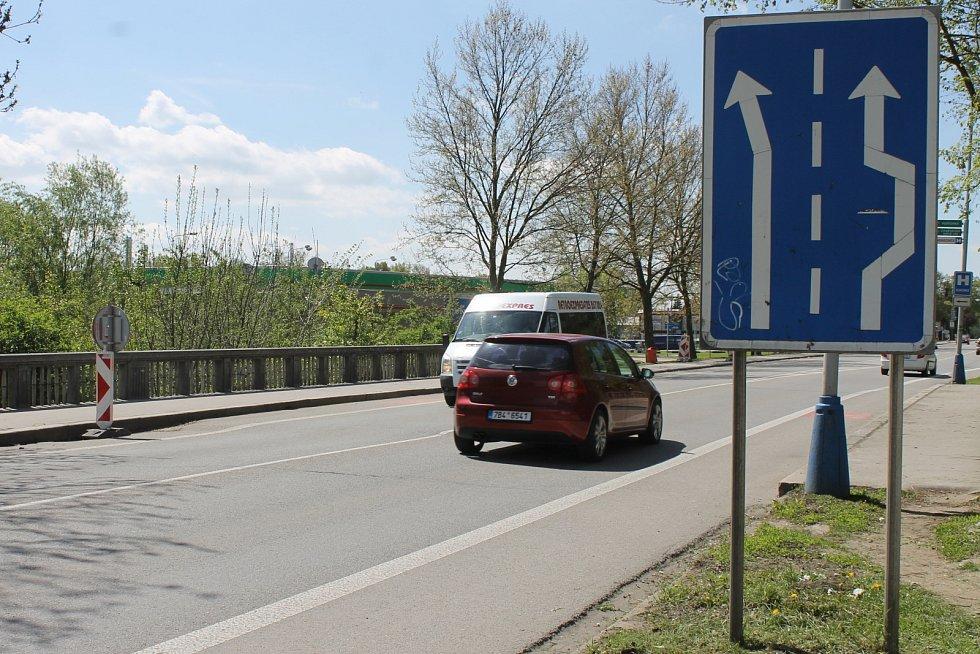 Ředitelství silnic a dálnic plánuje od 28. dubna opravu terénní nerovnosti na mostu mezi břeclavskou městskou částí Poštorná a centrem Břeclavi u prodejny Penny. Most se nachází na frekventované silnici I/55 na hlavním tahu okresním městem.