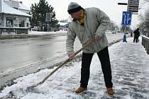 Zasněžené břeclavské chodníky první prosincové dny uklízely desítky lidí. Někteří jsou zaměstnanci města, jiní Temposu.