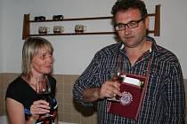 Druhé putování po kobylských uličkách za vínem trumflo loňskou premiéru. Sklepy otevřelo jednadvacet vinařů.
