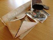 Schránka uložená uvnitř kopule zvonice v Morkůvkách po letech vydala předměty.