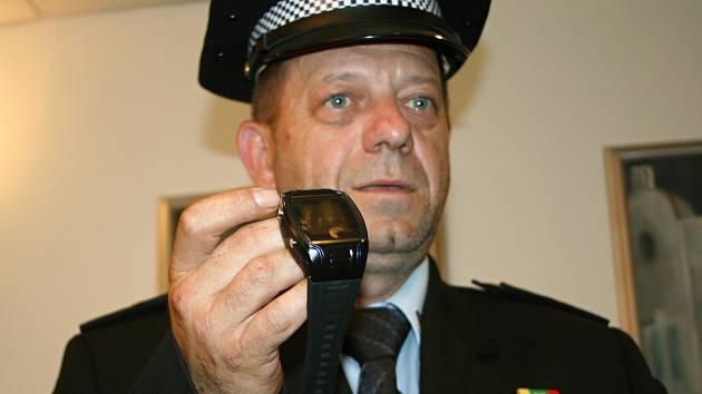 Zařízení podobné hodinkám poslouží vybraným důchodcům v tísni. Přivolají si díky němu pomoc. Pagery ve středu představil velitel břeclavských strážníků Stanislav Hrdlička.
