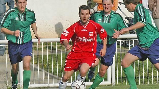 Hostující Lukáš Foldyna při jednom ze svých nemnoha průniků obranou Hrušek. Většinu času drželi míč na svých kopačkách domácí hráči, kteří se ve druhém poločase nedechli k tříbrankové kanonádě.