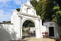Opravená vstupní brána na velkopavlovický hřbitov.