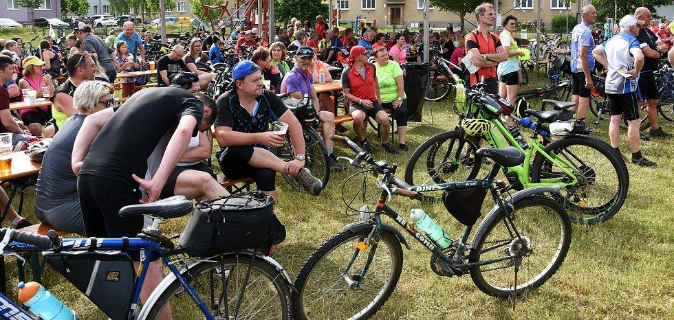 Cyklisté vyrazili na slavnostní otevření LIchtenštejnských stezek.