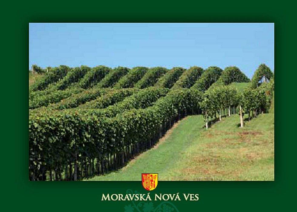 Milovníci pohlednic, ale i ti, kteří by chtěli poslat zprávu svým blízkým, mají k dispozici novou osmidílnou sadu pohledů právě z Moravské Nové Vsi.