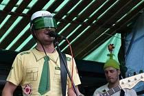 Hustopečská kapela Skrznaskrz hraje v pětičlenné sestavě. Kromě elektické kytary, baskytary a bicích se jejich žánrovou směsí proplétají tóny trumpety a akordeonu.