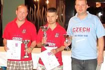 Češi na stupních vítězů. Zleva druhý Petr Honsa, vítěz Martin Kučera a bronzový Libor Předešlý.