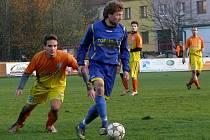 Fotbalisté Velkých Bílovic (v modrém) porazili v okresním přeboru hustopečské áčko.