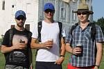 Stovky lidí ochutnávaly různé druhy piva na festivalu v areálu pod břeclavským zámkem. Například trojice mladíků přijela z Velkých Bílovic.