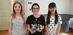 Studentky břeclavského gymnázia (zleva) Elisabet Truhlářová, Alena Gorčíková a Vu Hoang Anh zabodovaly v jarní části Robosoutěže, kterou pořádá pražské ČVUT. Staly se prvním ryze dívčím vítězným týmem v historii soutěže.