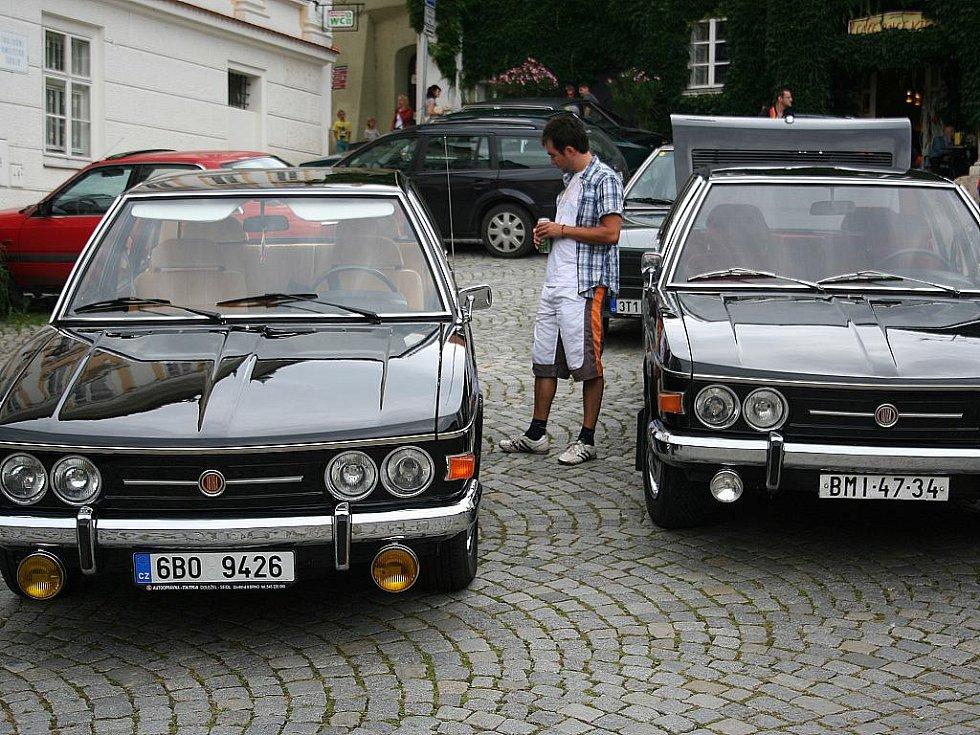 Kolona třiatřiceti osobních automobilů značky Tatra vzbuzovala v sobotu údiv řidičů na silnicích mezi Lednicí a Mikulovem.