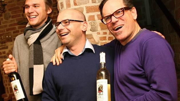 Zpěvák Vojtěch Dyk představil ve vinném sklepě svou novou edici vína. Po jeho boku stál ředitel vinařství Vinné sklepy Valtice David Šťastný a držitel ceny Grammy Kurt Elling.