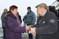 Čeští a rakouští sousedi na hranicích u Nového Přerova. Navzájem si vždy popřejí do nového roku.