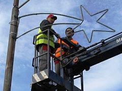 Sloupy veřejného osvětlení v Břeclavi dostanou vánoční výzdobu.