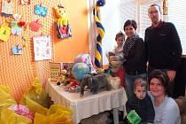 Zaměstnanci Gumotexu věnovali lidem v nouzi pytle naplněné dary.