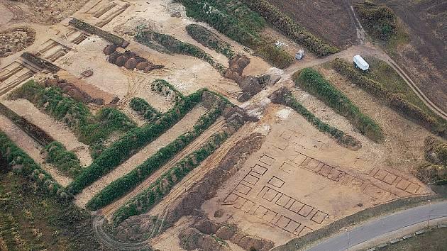 Letecký snímek na plochu záchranného archeologického výzkumu na katastru Pasohlávek v roce 2009.