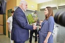 Jihomoravský hejtman Bohumil Šimek navštívil první miminko kraje roku 2020 Lauru Fabičovicovou v břeclavské nemocnici a popřál i její mamince.