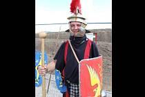 Dolnodunajovickou skupinu historického šermu Marcomania vede Michal Žovinec z Mikulova, který si v sobotu v Pasohlávkách zahrál Asterixe v improvizované truchlohře pro dětské diváky.