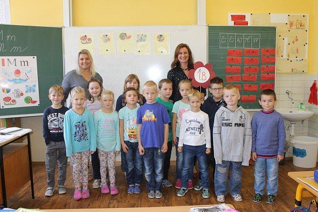 Žáci 1.B ze ZŠ vNádražní ulici vHustopečích spaní učitelkou Monikou Studenou a asistentkou Lindou Pátkovou.