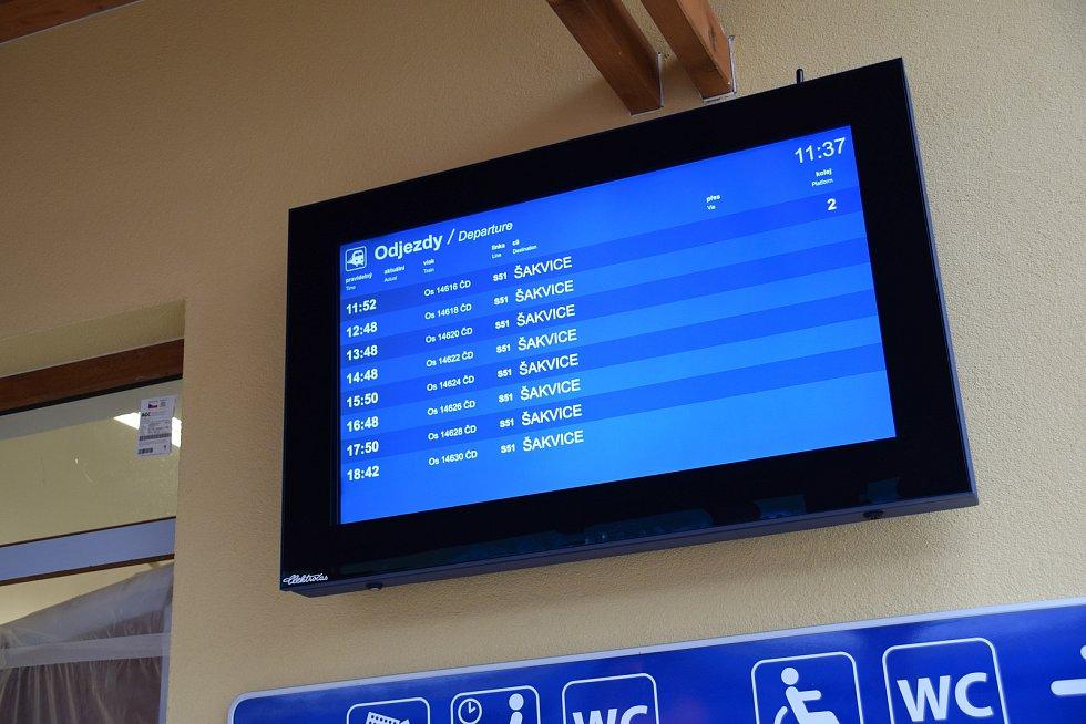 Mezi Hustopečemi a Šakvicemi v neděli poprvé vyjedou elektrické vlaky.