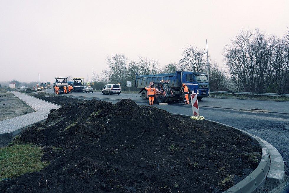 U pasohláveckého Aqualandu Moravia dělníci rozšiřují křižovatku.