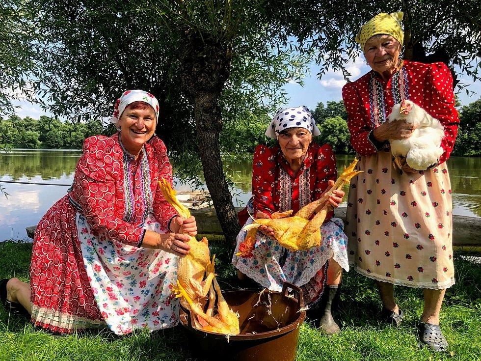 Členky valtického ženského pěveckého sboru Výběr z bobulí pomáhají kolegyním z Ženského sboru z Moravské Nové Vsi, které tornádo připravilo o kroje. Zapojit se mohou lidé podobně jako dámy z Chodska třeba i podporou akce den v kroju.