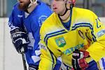 Břeclavští hokejisté (ve žlutém) doma přenechali body dotírajícímu Valašskému Meziříčí.