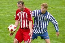 Velkopavlovický Jakub Šabata (v červeném) bojuje o míč s břeclavským soupeřem.