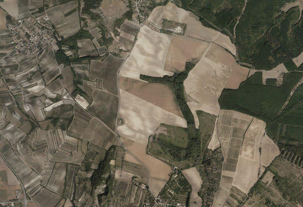 Nové letecké snímky Chráněné krajinné oblasti Pálava ukazují, jak se změnil ráz této oblasti během dvou let. Na snímku Děvín v srpnu 2018