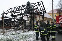 Celodřevěná, precizně postavená stodola z roku 1906 shořela na Nový rok v Týnci. Byla jednou z posledních svého druhu v obci. Po více než hodinovém boji hasičů s plameny zůstalo stát jen torzo stodoly, která dříve patřila k bývalé hájence.