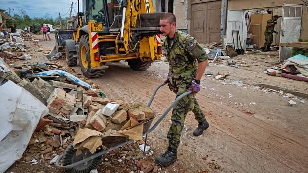 Vojáci Armády České republiky pomáhající v obcích na jihu Moravy poničených tornádem.