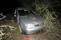 Dvacetiletý řidič havaroval se svým autem u Bojanovic.