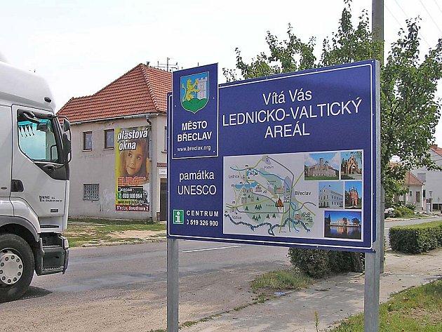 Vítá vás Lednicko-valtický areál, přečte si turista na ceduli při vjezdu do břeclavské městské části Charvátská Nová Ves.