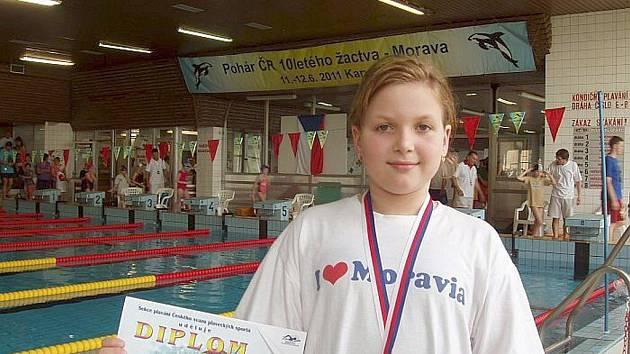 Denisa Piškulová se zlatou medailí za 100 metrů znak.