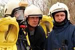 Břeclavští hasiči se cvičně potýkali poblíž vlakového nádraží s únikem neznámé nebezpečné látky.