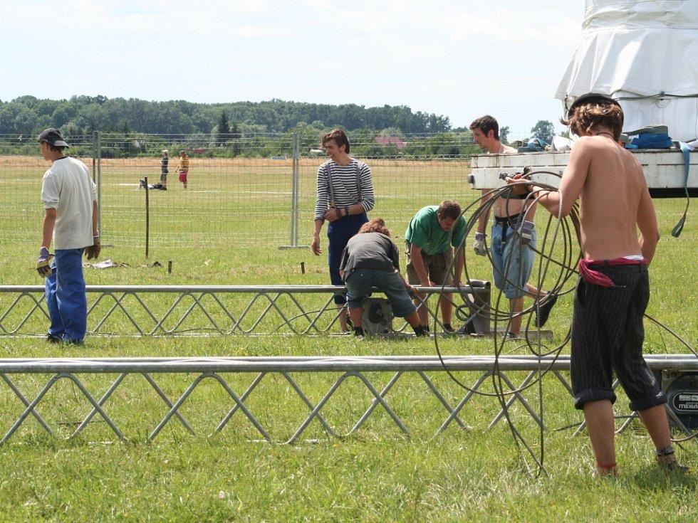 Letiště v Břeclavi se připravuje na festival Creamfields.