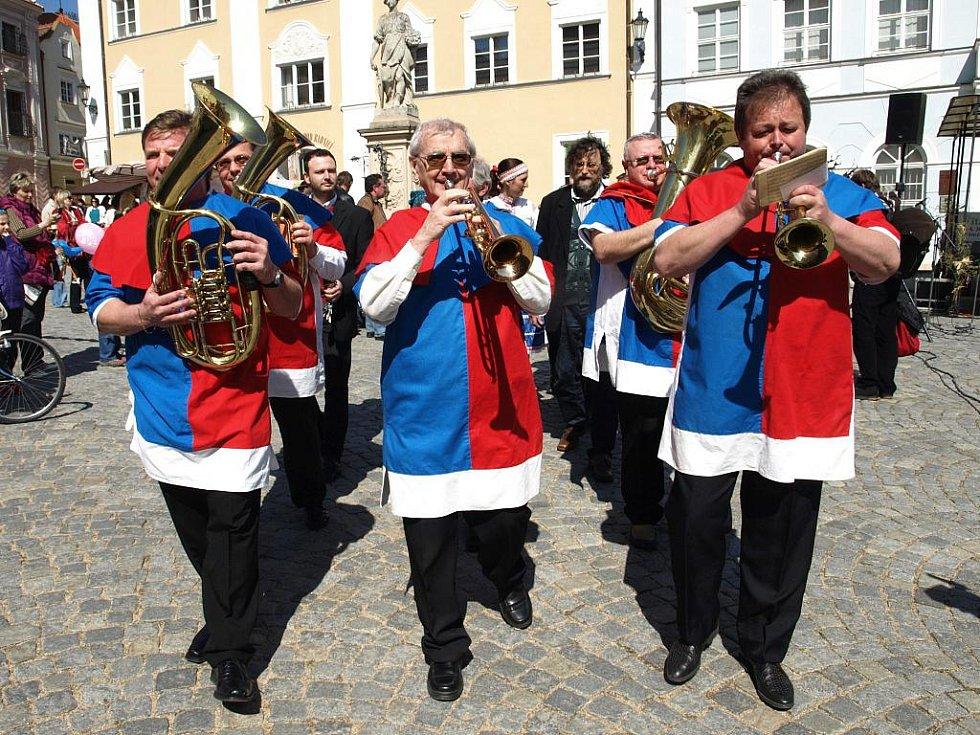 Mikulovští trubači hrají fanfáry při otevření náměstí.