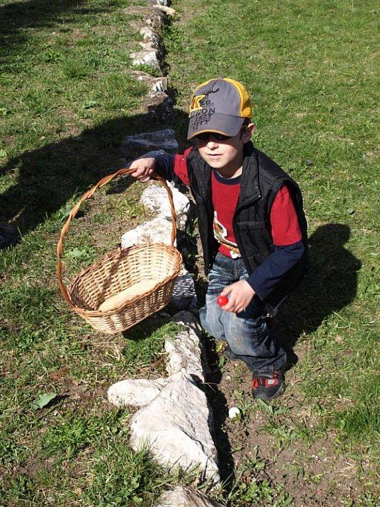 Hledání velikonočních vajíček.