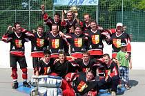 Hokejbalisté Reaktors Hustopeče si užívají oslav okresního titulu. Ten získali podruhé ze čtyř ročníků.