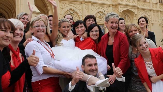 Novomanželé z Břeclavska si v sobotu pro svatebčany přichystali překvapení na nádvoří lednického zámku. Uspořádali tam doslova taneční orgie. Po obřadu si zatancovalo zumbu celkem 133 svatebčanů.