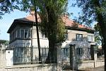 Zatímco většina areálu bývalých břeclavských kasáren už dávno slouží jako byty, ubytovna pro důstojníky donedávna bez využití chátrala. Teprve nyní začal nový majitel s přípravnými pracemi na přeměnu patrového objektu na bytový dům.