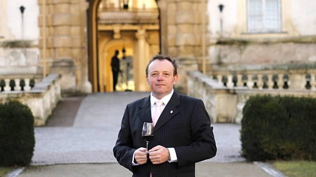 Ředitel Národního vinařského centra Pavel Krška před valtickým zámekem.