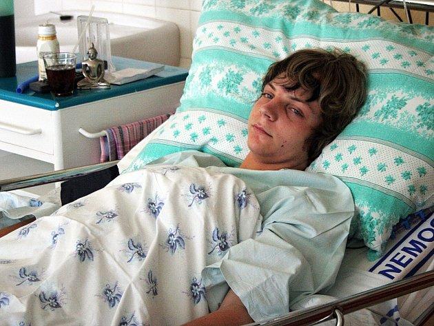 Patnáctiletý Petr přišel o ledvinu po údajném napadení, které si sám vymyslel.