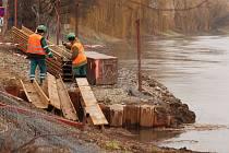 Stavební firma VHS pokládá kanalizační potrubí přes řeku Dyji v době tání sněhu. Lidé se bojí narušení hráze.