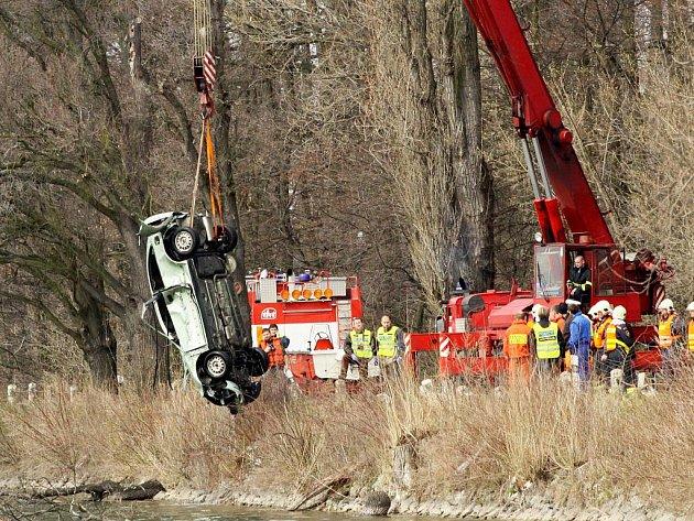 Policie z vody nejdříve vytáhla vozidlo Rover. Tělo dvaadvacetiletého řidiče našli po další půlhodině.