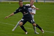 Břeclavští fotbalisté (v bílém) se o body se Slováckem podělili.