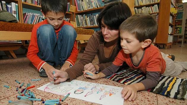 Výstavu dětských děl z arteterapeutického kroužku odstartovalo společné malování rodičů s dětmi. Odehrálo se na podlaze.