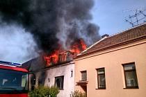 Dům v Břeclavi zcela vyhořel.