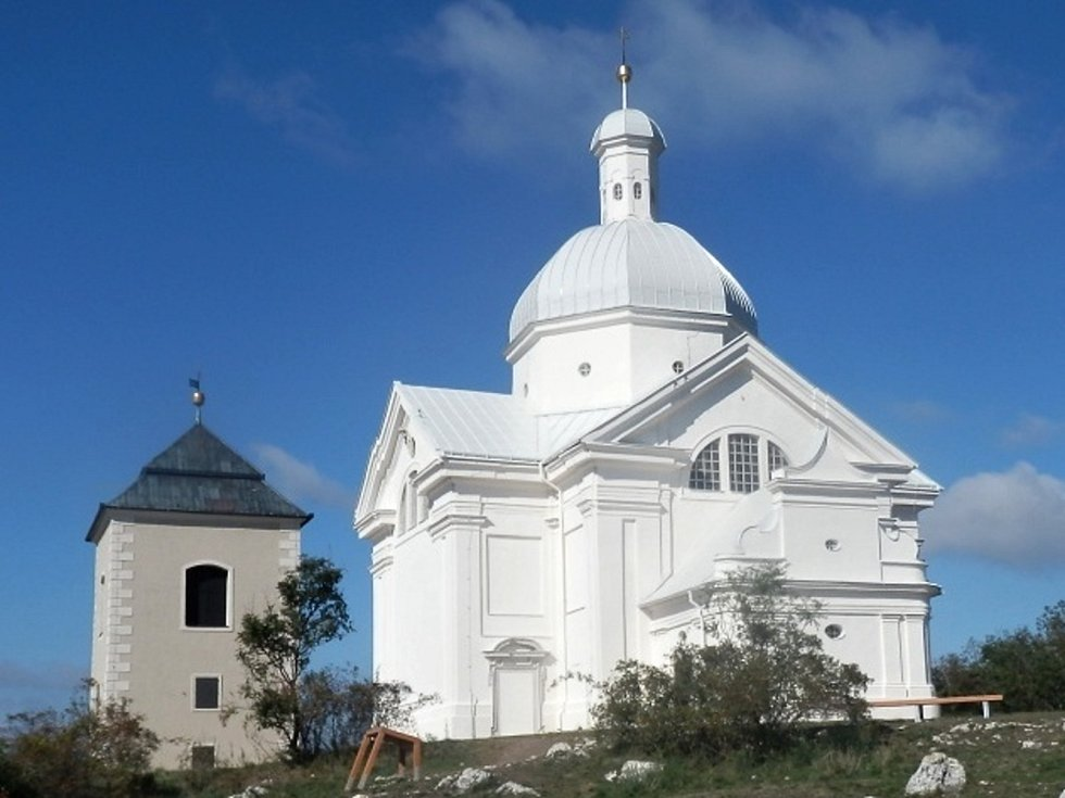 Mikulov, křížová cesta s kaplí božího hrobu, kaplí sv. Šebestiána a zvonicí.